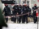 Neznámý útočník se v pondělí dopoledne zabarikádoval s blíže neupřesněným...