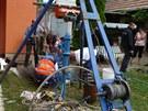Záchrana muže ze studny v Bzenci na Hodonínsku. (10. srpna 2013)