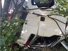 Kamion prorazil svodidla a skutálel se ze srázu. Řidič kamionu zůstal uvězněný...