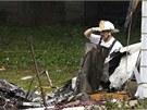 Záchranáři likvidují následky pádu letadla mezi domy ve městě East Heaven. (9.