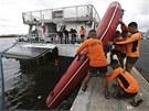 Pobřežní hlídka připravuje gumový člun (17. srpna 2013)