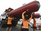 Pobřežní hlídka na Filipínách připravuje gumový člun (17. srpna 2013)