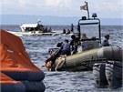Záchranáři vytahují z vody pasažéry potopeného trajektu(17. srpna 2013)
