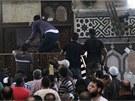 Stoupenci Muslimského bratrstva se zabarikádovali v mešitě v centru Káhiry.