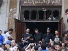 Bezpečnostní složky střeží vchod do mešity v centru Káhiry. (17. srpna 2013)