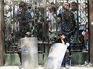 Bezpe�nostn� slo�ky st�e�� vchod do me�ity v centru K�hiry. (17. srpna 2013)