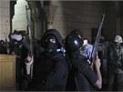 Bezpečnostní složky zasahují v káhirské mešitě. (17. srpna 2013)