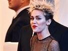 Miley Cyrusová zachází se svou snahou vymanit se ze škatulky malé holky někdy...