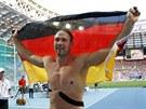 Diskař Robert Harting slaví na mistrovství světa v Moskvě zlato.