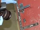 Zloděj se do budovy dostal vylomením několika zámků na dveřích.