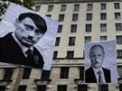 Demonstranti v Londýně drží plakáty, na kterých se ruský prezident Vladimir...