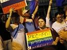 V sobotu protestovali lidé proti homofobnímu zákonu před ruskou ambasádou v...
