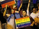 V sobotu protestovali lid� proti homofobn�mu z�konu p�ed ruskou ambas�dou v...