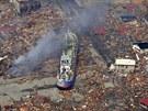 Letecký snímek na rybářskou loď, kterou tsunami odnesla 750 metrů od přístavu,...