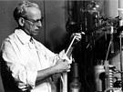 Vědec a jeden z průkopníků makromolekulární chemie Otto Wichterle při práci.