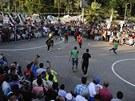 FOTBAL! Fotbalový zápas mezi dvěma tábory demonstrantů sledovali tisíce lidí.