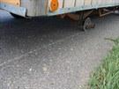 Maringotka s poničeným kolem blokovala provoz na tahu I/33 od Hradce Králové