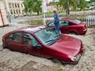 Auta ve Svobodě nad Úpou zalilo při červnové povodni bláto.