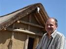 Ředitel archeoparku ve Všestarech Radomír Tichý u pravěkého obydlí.
