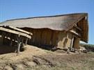 Rekonstrukce pravěkého obydlí ve Všestarech.