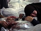 Egyp�anka truchl� nad t�lem mrtv�ho, kter� zahynul p�i st�ede�n�ch st�etech...
