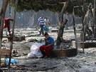 Egyptský chlapec sedí v ruinách tábora poblíž mešity Rábaa al-Adavíja (15.