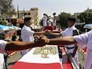 Egyptští policisté na pohřbu vzdávají hold svým kolegům, kteří zahynuli při...