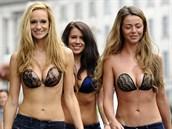Modelky na londýnském uvedení populární podprsenky InvisiBra od značky Lavalia...