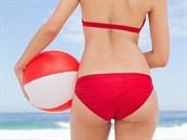 Žena na pláži s míčem