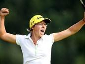 N�meck� golfistka Ann-Kathrin Lindnerov� se raduje z triumfu na turnaji s�rie...