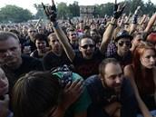 Publikum nad�en� o�ek�valo hlavn� hv�zdy festivalu, americkou skupinu System of a Down (14. srpna 2013).