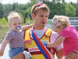 Skifař Ondřej Synek se svými dětmi Alicí a Matyášem.