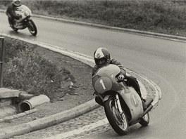 První kolo, Agostini suverénně ujíždí Saarinenovi. Vpůli závodu pro poruchu