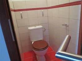 WC oživuje pásek mozaiky.