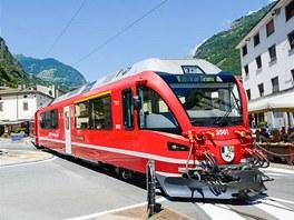 Tirano, vlak Bernina Express zde křižuje náměstí