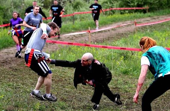 Dostanu tě. Kromě překážek číhají na závodníky i nemilosrdné zombie.