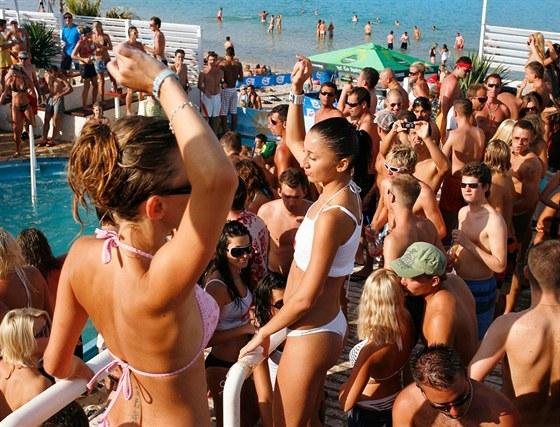 Na ostrově Pag je vyhlášená pláž Zrče, kam jezdí na plážové diskotéky a party...