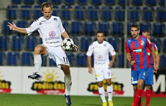 Jiří Valenta ze Slovácka zpracovává míč v utkání proti Plzni.
