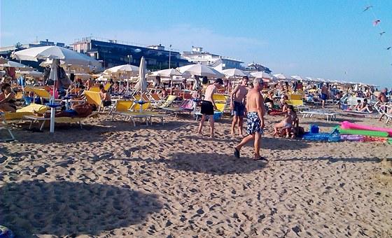 Po pláži krouží i prodavači - s osuškami, s draky, slunečními brýlemi....