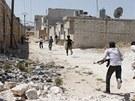 Vojáci Syrské svobodné armády utíkají, aby se ukryli před Asadovými