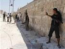 Vojáci Syrské svobodné armády se ukrývají před Asadovými odstřelovači ve městě