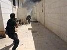 Syrští povstalci v bojích o město Chanasír nedaleko Aleppa (27. srpna 2013)