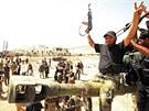 Syrští povstalci slaví vítězství v bojích o město Chanasír nedaleko Aleppa (27. srpna 2013)