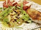 K porci nesmí chybět opečený chleba s česnekem pokapaný olivovým olejem.