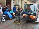 Účastníci happeningu Nepřizpůsobivé zastávky v Nuslích poukazovali na bariéry v