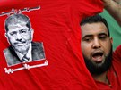 Stoupenec exprezidenta Mursího pochoduje s tričkem zobrazujícím právě počátkem...