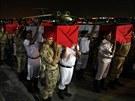 P��slu�n�ci egyptsk� arm�dy a policie nesou spole�n� rakve s t�ly policist�...