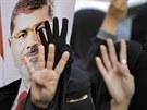 Stoupenci sesazen�ho prezidenta Murs�ho pozdvih�vaj� ruku se �ty�mi prsty na...