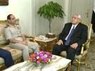Prozatímní prezident Adlí Mansúr (napravo), šéf egyptské armády Abdal Fatah...