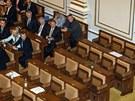 Část lavic ve Sněmovně byla během hlasování prázdná. Ze sálu odešli poslanci